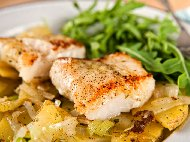 Рецепта Печена бяла риба (хек или мерлуза) с майонеза и картофи на фурна